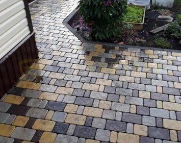 """Участок около дома Мощенный тротуарной плиткой """"Брук (старый город), с сочетанием цветов черный, желтый и серый"""
