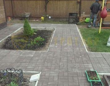 Дачный участок мощенный тротуарной плиткой серого цвета