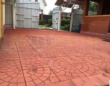 Двор на даче мощенный тротуарной плиткой паутинка 350х350х50 мм размером, красного цвета