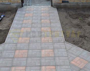 Дорожка на входе в дачный участок мощенный тротуарной плиткой калифорния доска с сочетанием цветов серый и коричневый