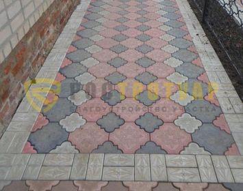 Площадка мощенный как ковер тротуарной плиткой клевер краковский с сочетанием цветов красный, серый и черный