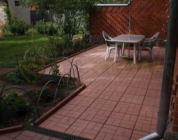 Площадка около дома под беседку из тротуарной плитки 8 кирпичей красного цвета