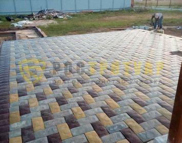 Площадка на дачном участке мощенная тротуарной плиткой Английский булыжник, с сочетанием цветов серого, коричневого и желтого