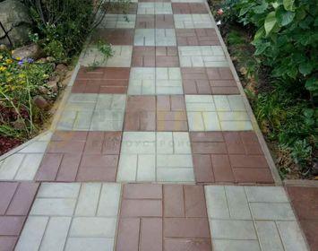 дорожка из тротуарной плитки 8 кирпичей серого и коричневого цвета