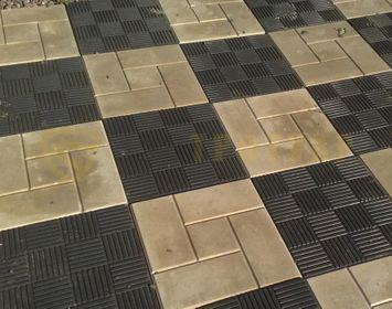Площадка мощенная тротуарной плиткой паркет черного цвета и калифорния серого цвета