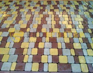 Площадка на участке мощенная тротуарной плиткой Старый город ( брук ), сочетанием цветов серого, желтого и коричневого