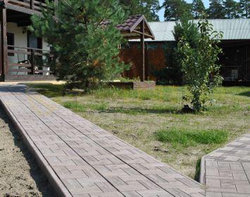 Дорожка на даче 90 см шириной мощенный тротуарной плиткой калифорния доска серого цвета