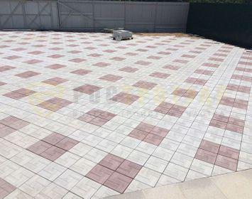 Большая площадка мощенная тротуарной плиткой калифорния доска с сочетанием цветов красный и серый