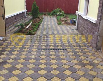 Площадка мощенная тротуарной плиткой краковский клевер с сочетанием цветов желтый и коричневый