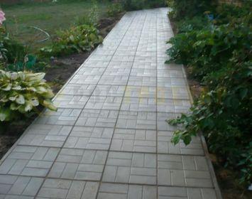 Дорожка на даче мощенная тротуарной плиткой 8 кирпичей серого цвета