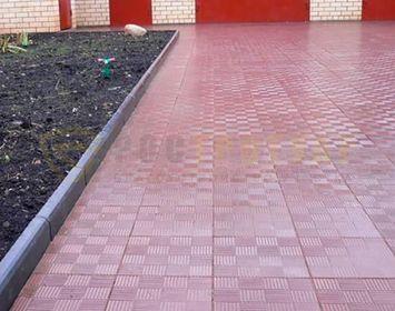 Площадка на даче мощенная тротуарной плиткой паркет красного цвета