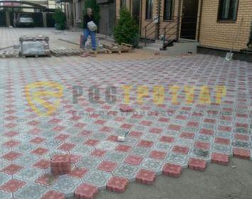 Площадка мощенная тротуарной плиткой клевер краковский цветами серый и красный
