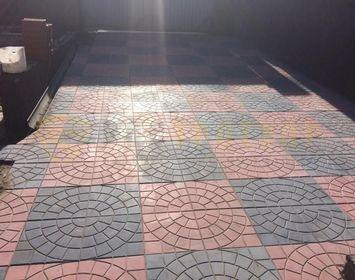 Площадка под машину на дачном участке из тротуарной плитки паутинка красного и черного цвета, в шахматном порядке