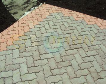 Площадка из тротуарной плитки волна серого и красного цвета