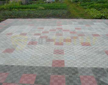 Площадка мощенная тротуарной плиткой паркет сочетанием цветов красный, серый и черный