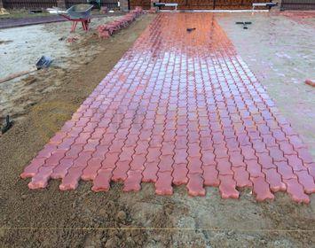 Площадка мощенная тротуарной плиткой волна красного цвета