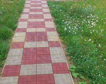 Дачный участок мощенный тротуарной плиткой 8 кирпичей из серого и красного цвета