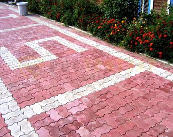 Дачный участок мощенный тротуарной плитки волна с сочетанием цветов красный и серый