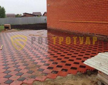 Площадка мощенная тротуарной плиткой клевер краковский с сочетанием цветов красный и черный