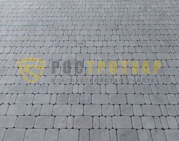 Площадка мощенная тротуарной плиткой брук серого цвета