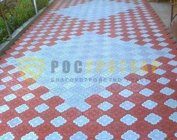 Площадка мощенная плиткой краковский клевер похожий на ковер цветами красный и серый
