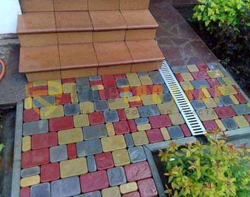 Тротуарная плитка Старый город мощенный около крыльца, с сочетанием цветов серого, желтого и красного