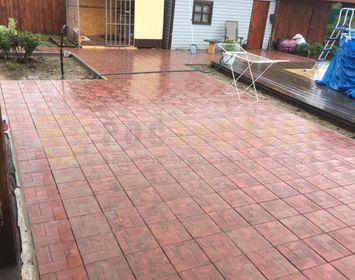 Двор красиво мощенный из тротуарной плитки калифорния доска красного цвета