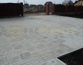 Площадка под легковую машину из тротуарной плитки 8 кирпичей серого цвета