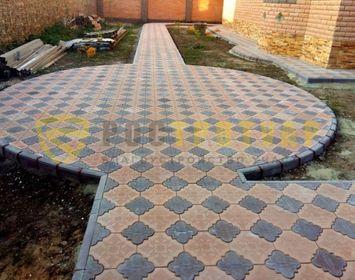 Площадка мощенная тротуарной плиткой клевер краковский сочетанием цветов коричневый и черный