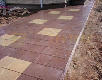 Площадка на дачном участке мощенный тротуарной плиткой тучка-35 коричневого цвета с сочетанием тротуарной плиткой колодец желтого цвета