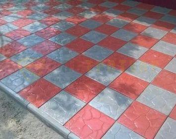 """Участок мощенный тротуарной плиткой """"Тучка-35"""" серого и красного цвета, в шахматном порчдке"""
