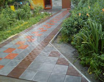Дорожка на даче мощенная тротуарной плиткой паркет, сочетанием цветов красный, серый и коричневый