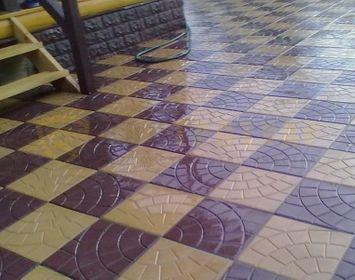 Двор мощенный из тротуарной плитки паутинка 350х350х50 мм размером, с сочетанием цветов коричневый и серый, в шахматном порядке