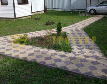 Дорожка на даче мощенная тротуарной плиткой краковский клевер с сочетанием цветов желтый и коричневый